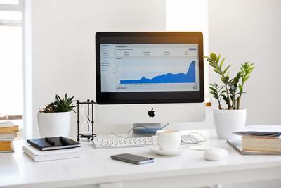 iMac stojący na biurku
